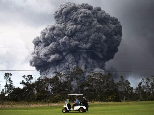 People are casually golfing in Hawaii while the Kilauea volcano erupts behind them - and the photos are incredible and terrifying all at the same time