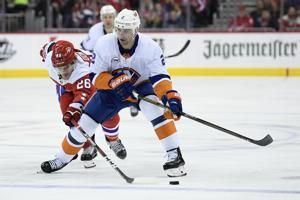 Islanders beat Caps in Trotz's return, move into first place