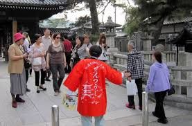 In the middle tourism boom, Japan addresses on traffic jam & tourist manners