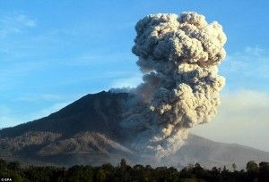 """Red Notice"" to the airlines after Mt Sinabung billows ashes more than 16,000 feet"