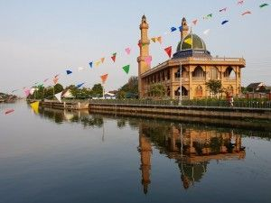 Prawet is promoting canal tourism by hosting boat race for the visitors