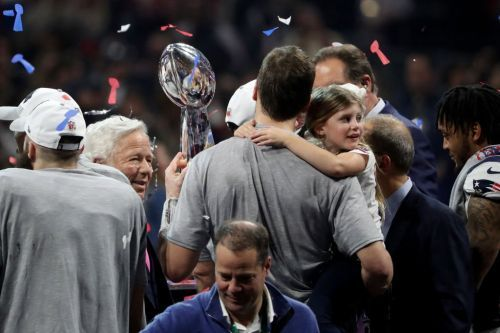 Photographer captures an amazing photo of Tom Brady, his daughter, and the Lombardi Trophy
