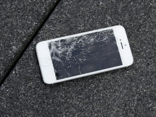 This is cheapest place to repair a cracked screen for older iPhones - and it isn't the Apple Store