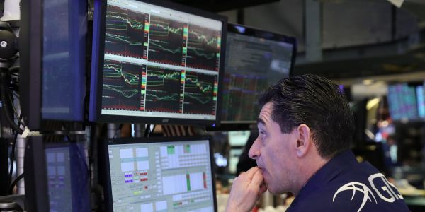 US stocks edge lower amid disappointing corporate earnings results