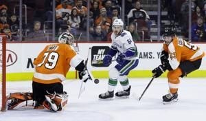 Hart dives, saves Flyers to get 8th straight victory