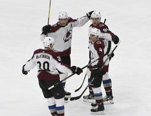 MacKinnon, Avalanche cruise past Blackhawks 5-1