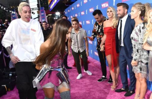 Watch Ariana Grande and Pete Davidson Run Across the 2018 VMAs Pink Carpet
