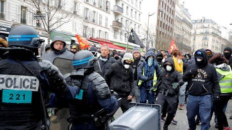 Yellow Vests & police clash in Paris as Macron's 'great debate' ends