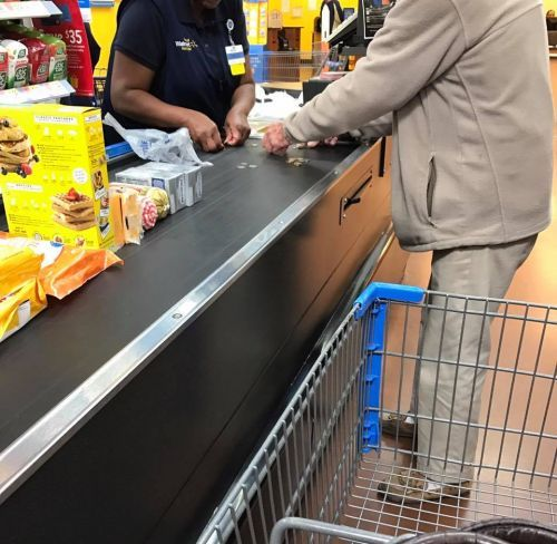 Photo of cashier helping nervous man count change goes viral