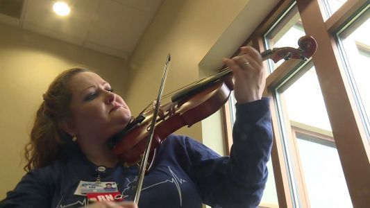 Nurse brings musical healing to patients through impromptu violin concerts