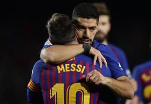 Suarez, Messi lead Barca to 3-0 win over Eibar to keep lead