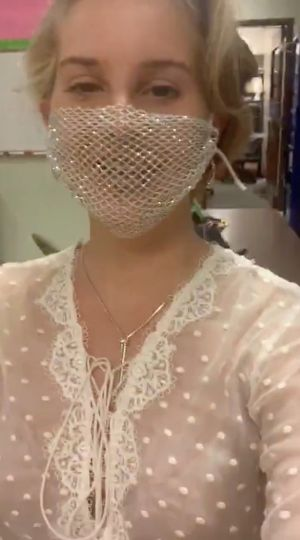 You Re Such A Karen Lana Del Rey Slammed By Fans For Wearing Mesh Face Mask Fashion Fashion E Servicis