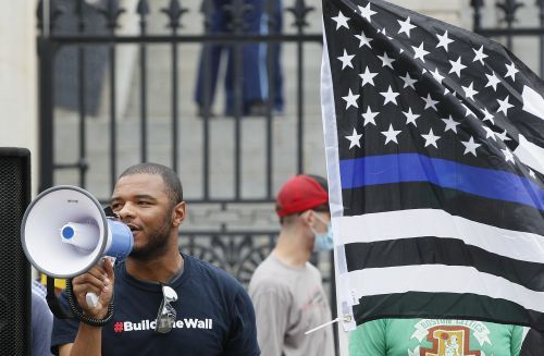 Protesters keep cool during pro-police protest at Massachusetts State House