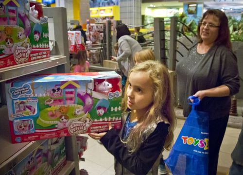 Toys R Us owes pregnant women a ton of money - and it's refusing to pay up