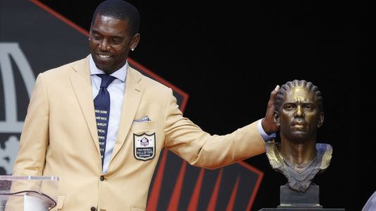 Randy Moss wears tie honoring victims killed in police violence at Hall of Fame ceremony