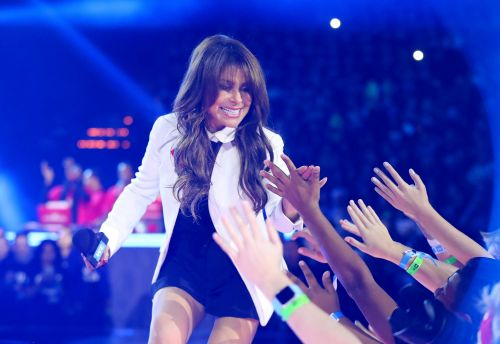 Paula Abdul falls off stage during Mississippi concert
