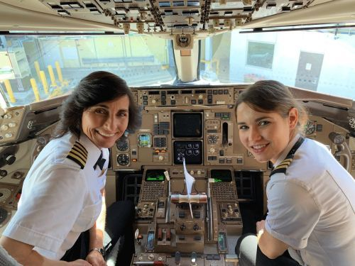 Like mother, like daughter: Photo of Delta co-pilots goes viral on social media