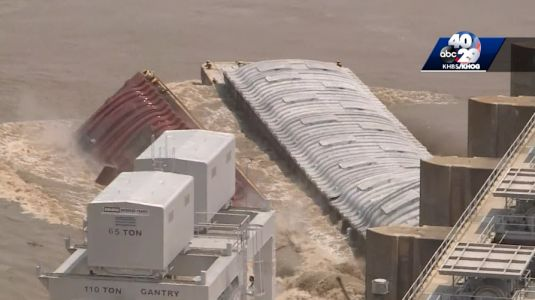 Video shows moment 2 loose barges crash into dam