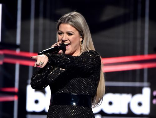 Kelly Clarkson honors school victims at Billboard Awards
