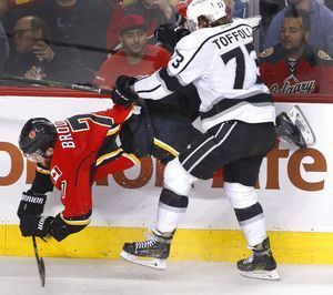 Iginla fights and scores, Kings beat Flames in chippy game