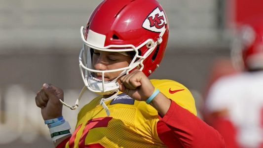 Report: Patrick Mahomes 'has no symptoms,' will return to practice field today