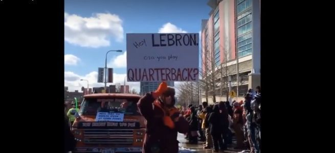 Cleveland Browns fans hold parade for team's 0-16 season