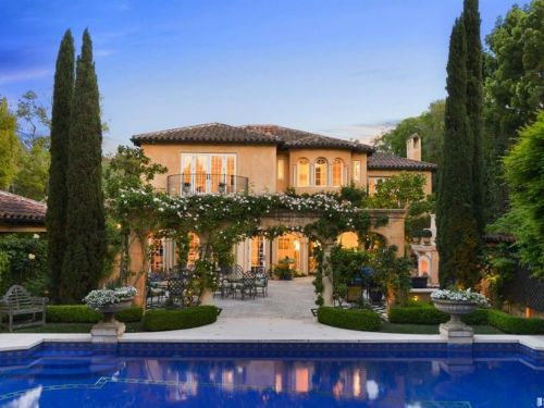 A $16.8 million Silicon Valley mansion in the Palo Alto neighborhood where Facebook CEO Mark Zuckerberg lives hasn't found a buyer in 6 years - take a look inside