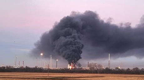 Flames & smoke as blast rocks one of Italy's largest oil refineries