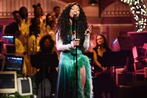 """SZA Makes 'SNL' Debut With """"The Weekend"""" And """"Love Galore"""" Performances"""