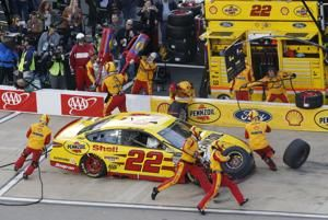Kyle Busch pulls away at Richmond for 3rd Cup win a row