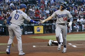 Hernandez hits leadoff homer, Dodgers beat Diamondbacks 3-2