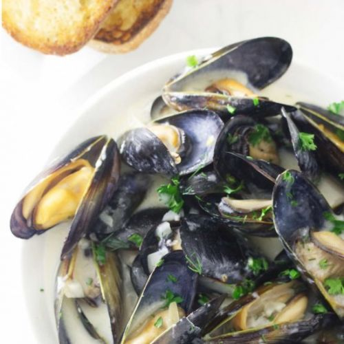 Mussels in garlic wine sauce