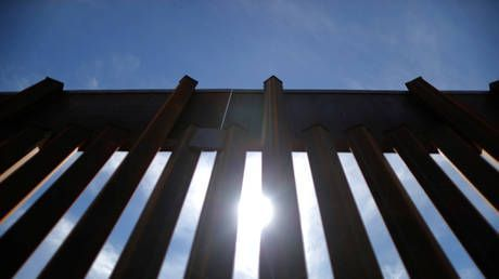 Pentagon signs off on first $1bn for border security, incl. 57 miles of 18ft-high WALL