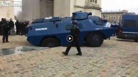 Hapless police vehicle captured on VIDEO damaging iconic Arc de Triomphe in Paris