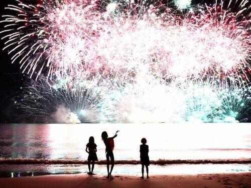 What happens when fireworks explode, in 5 steps