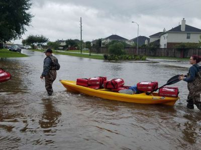 Pizza Hut workers deliver food to Harvey storm victims by kayak