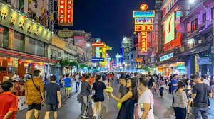 On the main avenues of Bangkok, traffic-free pedestrian zones have been reintroduced