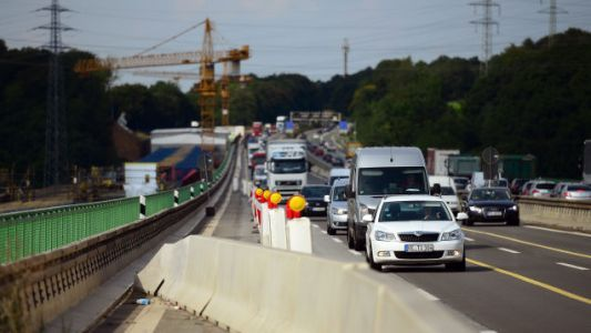 German Drivers May Face Higher Fines for Rubbernecking Because It's 'Putting Lives at Risk'