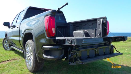 The 2019 GMC Sierra's Six-Way Tailgate Could Hit Its Tow Hitch If You're Not Careful