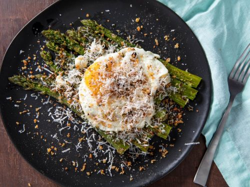 Broiled Asparagus With Fried Egg and Gorgonzola