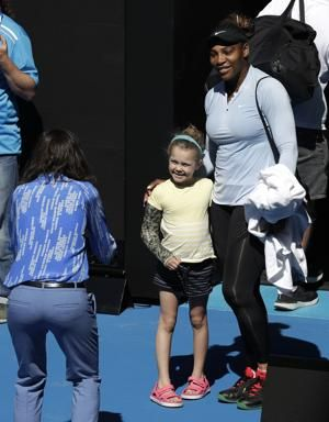 Australian Open glance: Djokovic, Serena play 1st matches