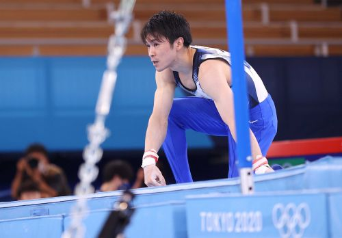 2-time Olympic champion gymnast Kohei Uchimura of Japan falls on high bar, will not reach finals