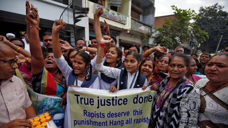 Indian girls celebrate death of 4 men accused of Hyderabad gang rape, cops feted in the streets