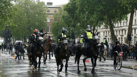 London police charge on horseback at bottle-throwing George Floyd protesters