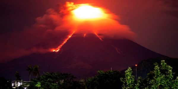 Video shows a volcano putting on a dazzling display as it erupted in the Philippines