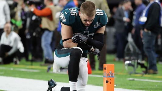 Zach Ertz calls out Fox News for incorrectly using pictures of Eagles players praying, not kneeling