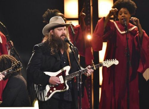 Stapleton wins at CMA Awards, honors California bar shooting victims