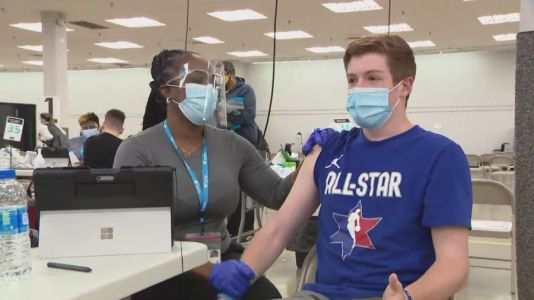 Teen who helped Chicagoans get COVID-19 vaccine appointment receives first dose