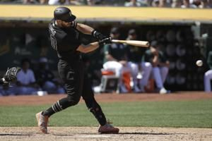 Giants rally behind Longoria to edge Athletics 5-4