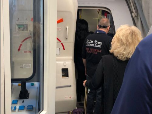 A United Airlines passenger wore a shirt that referenced lynching journalists, worrying other passengers and raising a debate over threats on planes